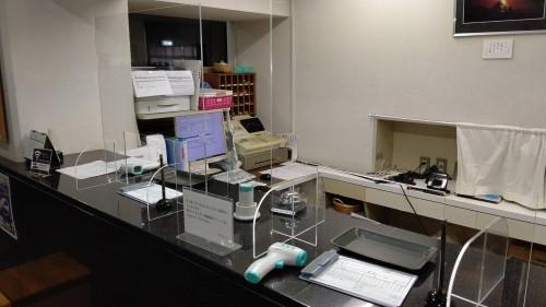 フロントアクリル板設置と赤外線体温計